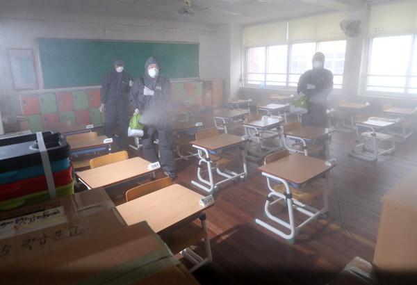 30일 오전 대전시 동구 천동 대전천동초등학교에서 방역업체 관계자가 학교 시설을 방역 및 소독하고 있다. 대전시는 전날 이 학교에 재학 중인 한 학생이 신종 코로나바이러스 감염증(코로나19) 확진 판정을 받았다고 밝혔다.