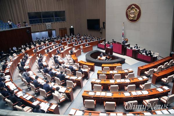 30일 오전 서울 여의도 국회에서 열린 예산결산특별위원회 전체회의에 미래통합당 의원들이 불참해 자리가 비어 있다.