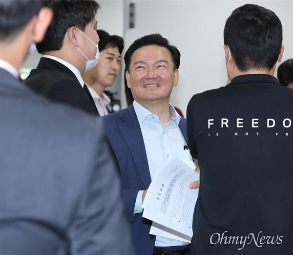 국회 기자회견장 찾은 민경욱 전 의원 미래통합당 민경욱 전 의원이 30일 오후 서울 여의도 국회 소통관 기자회견장에 도착해 기자들과 인사하고 있다. 민 전 의원은 이날 대법원에 수개표 실시를 촉구하는 기자회견을 했다.