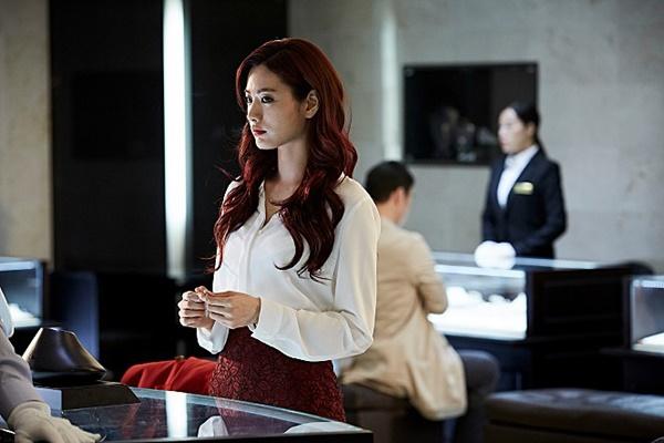 나나는 영화 데뷔작 <꾼>에서 사기꾼 연기를 능청스럽게 해내며 호평을 받았다.
