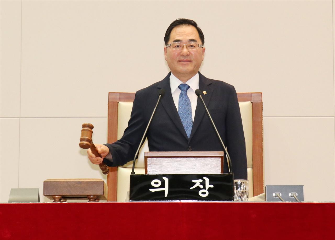 윤창근 성남시의원이 제8대 성남시의회 후반기 의장으로 선출됐다.