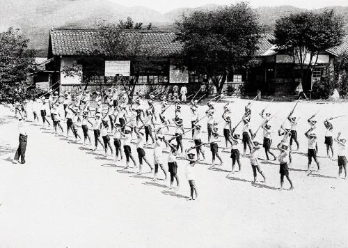 1939년 목도 공립 심상소학교 학생들이 체조 시간에 목검으로 검도 체조를 하는 모습