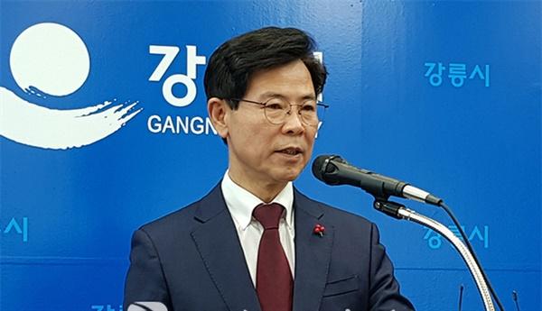 김한근 강릉시장이 지난해 11월 29일 자신의 '황제독감예방접종'에 대해 대시민 사과문을 발표하고 있다.