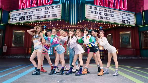 JYP가 새롭게 선보이는 신인 그룹 니쥬.  일본 시장 공략을 위해 멤버 전원을 일본인으로 채웠지만 이들의 트레이닝부터 뮤직비디오 촬영 등은 모두 한국에서 진행되었다.