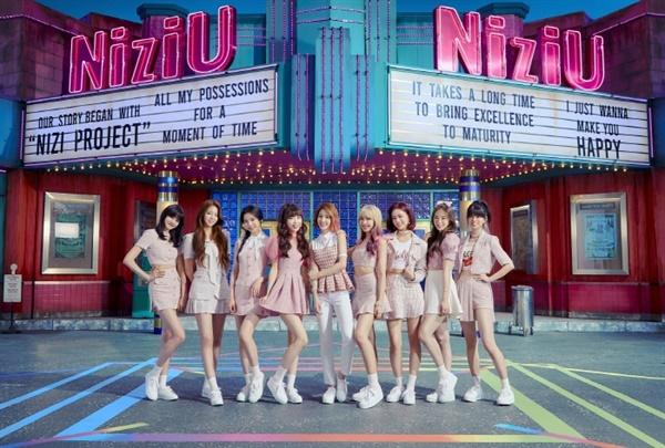 JYP의 일본 신인 걸그룹 니쥬. 프리데뷔 싱글이 발표와 동시에 현지 주요 차트 1위에 오르는 등 화제를 모으고 있다.