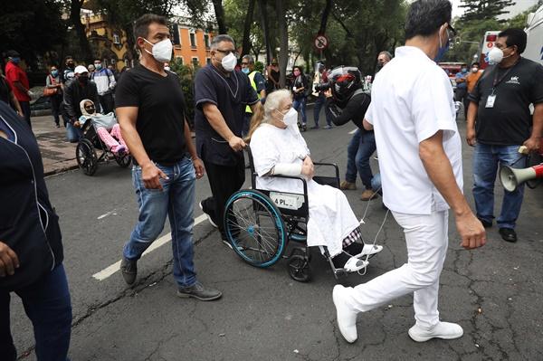 6월 23일 진도 7.5의 강진이 발생하자 멕시코 멕시코시티의 병원에서 환자들과 보호자들이 대피하고 있다.