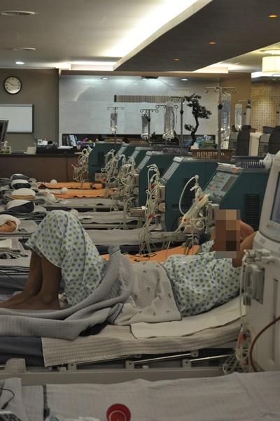 투석 받고 있는 신장장애인 신장장애인들은 매주 3번, 하루 건너 투석을 받아야 한다.