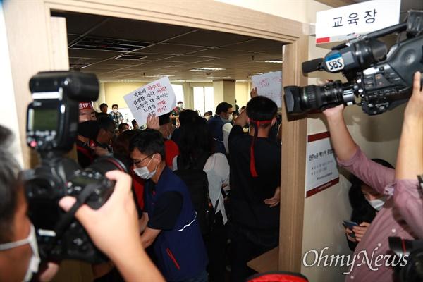 1일 오전 서울 중구 민주노총 회의실에서 비정규직노동단체 조합원들이 노사정 합의에 참여하려는 김명환 위원장에게 거세게 항의하고 있다.