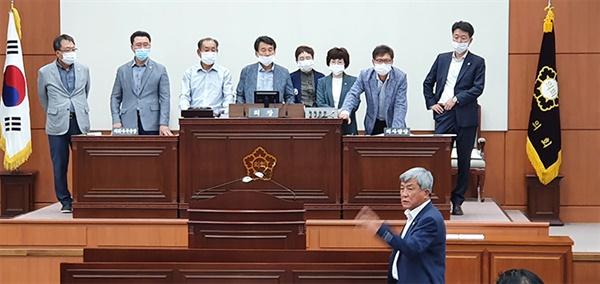 1일 강릉시의회 후반기 원구성을 위한 본회의장에서, 무소속 김기영 의원이 의장단을 점거한 민주당 의원들에게 항의하고 있다.