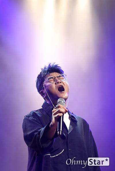 신용재, 호소력 짙은 가창력 신용재 가수가 1일 오후 서울 마포구의 한 공연장에서 열린 첫 번째 솔로 정규앨범 < DEAR > 발매 쇼케이스에서 더블 타이틀곡 '첫 줄'과 '별이 온다'를 선보이고 있다. < Dear >는 공백기를 기다려준 팬들에게 고마운 마음과 함께 그동안 못다 한 이야기를 들려주고 싶은 마음을 '친애하는', '소중한'이란 단어로 담아낸 앨범이다.