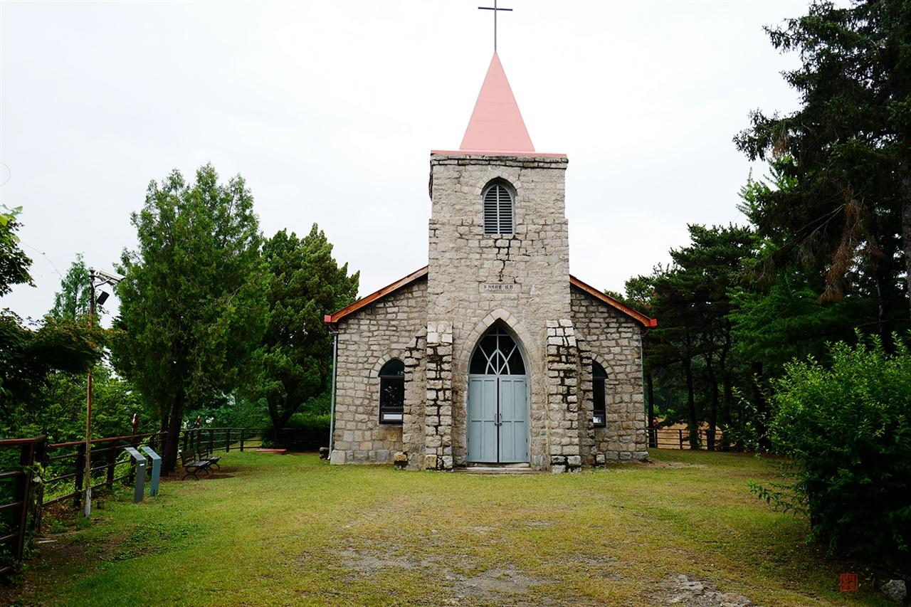 구포천성당  1950년대 전후 성당건축 양식을 보여주는 구포천성당. 아름다운 고딕양식의 성당은 1990년 화재로 불탔다.