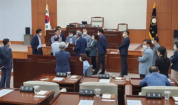 1일 강릉시의회 후반기 의장단 선출을 위한 본회의가 개의도 못한채 오후 2시 30분 재개됐지만 파행이 이어지면서,오후 5시 현재 민주당 소속 의원들과 무소속 의원들이 몸 싸움을 벌이고 있다