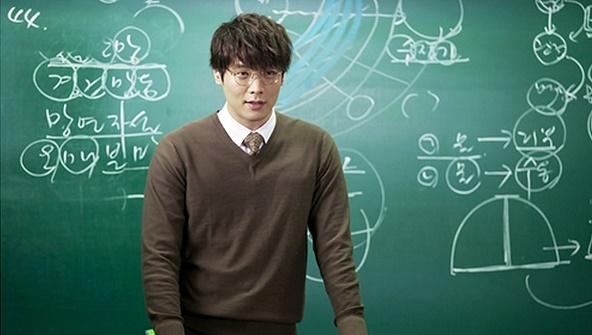 최다니엘은 2012년 방송된 KBS 월화드라마 < 학교 2013 >에서 잘나가던 전직 언어영역 일타강사이자 기간제 교사로 나왔다. 당시 그는 선생의 질이 아이들의 미래를 좌우한다는 신념과 학원처럼 학생을 대하면 학교가 달라진다는 생각으로 학생을 대했다.