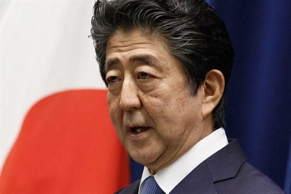 기자회견 하는 아베 일본 총리 아베 신조 일본 총리가 18일 도쿄 총리관저에서 기자회견을 하고 있다.   epa08493274 Japan's Prime Minister Shinzo Abe speaks during a press conference at the prime minister's official residence in Tokyo, Japan, 18 June 2020. EPA/Rodrigo