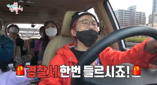 지난 4월 방영된 MBC '전지적 참견시점'의 한 장면.  회사 워크샵을 개최하면서 직접 승합차를 모는 송은이 사장과 회사 직원 및 소속 연예인들 사이의 미묘한 신경전이 웃음을 자아냈다.