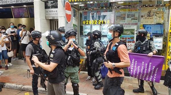 1일 홍콩 도심에서 벌어진 시위에서 홍콩 경찰이 한 시위자를 체포하고 있다.