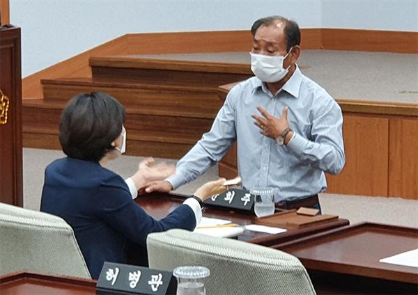 지나 1일 강릉시의회 본 회의장에서 민주당 의원과 통합당 의원이 설전을 벌이고 있다.