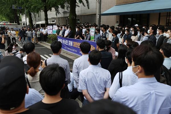 인천국제공항공사노동조합 소속 조합원들이 6월 25일 오후 서울 청와대 인근에서 열린 기자회견에서 비정규직 보안검색 요원들의 정규직 전환 관련 입장을 발표하며 손팻말을 들고 있다.