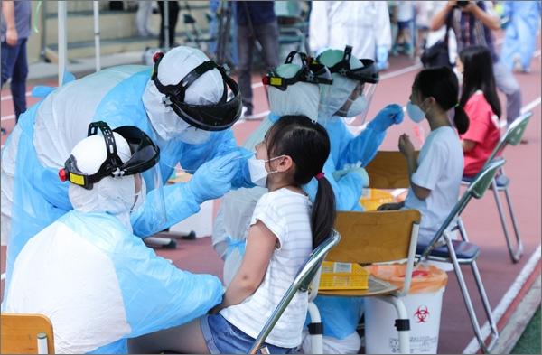 대전 동구 천동초등학교 학생 전수조사를 위한 검체 채취 장면.