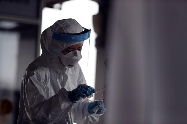 2일 오전 광주 북구보건소 선별진료소에서 의료진이 신종 코로나바이러스 감염증(코로나19) 검사를 하고 있다. 광주에서는 지역사회 감염 확산으로 연일 코로나19 확진자가 나오고 있다.