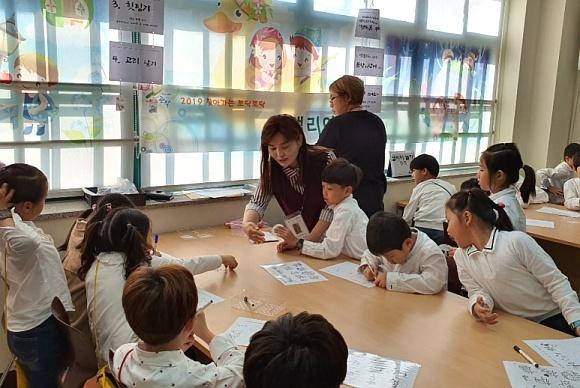 2019년 신성초등학교 꿈나눔 마을축제 한마당 프로그램에서 아이들을 지도하는 이숙종 관악혁신교육지구 이숙종 강사