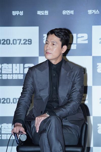 2일 오전 온라인으로 진행된 영화 <강철비2: 정상회담> 제작보고회에서 배우 정우성이 질의응답에 응하고 있다.