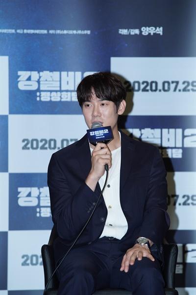 2일 오전 온라인으로 진행된 영화 <강철비2: 정상회담> 제작보고회에서 배우 유연석이 기자의 질문에 답하고 있다.