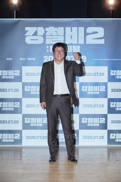 영화 <강철비2: 정상회담> 제작보고회에서 배우 곽도원이 카메라를 향해 포즈를 취하고 있다.