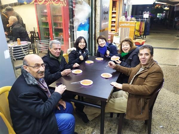 나세르, 유세프, 와엘과 크나파 먹는 친구들 와엘은 나블루스에 오면 크나파를 먹어야 한다며 우리가 도착하자 크나파 가게로 데리고 갔다