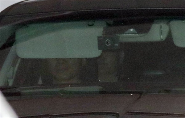 윤석열 검찰총장이 2일 오후 서울 서초구 대검찰청에서 차량을 타고 청사를 나서고 있다. 2020.7.2