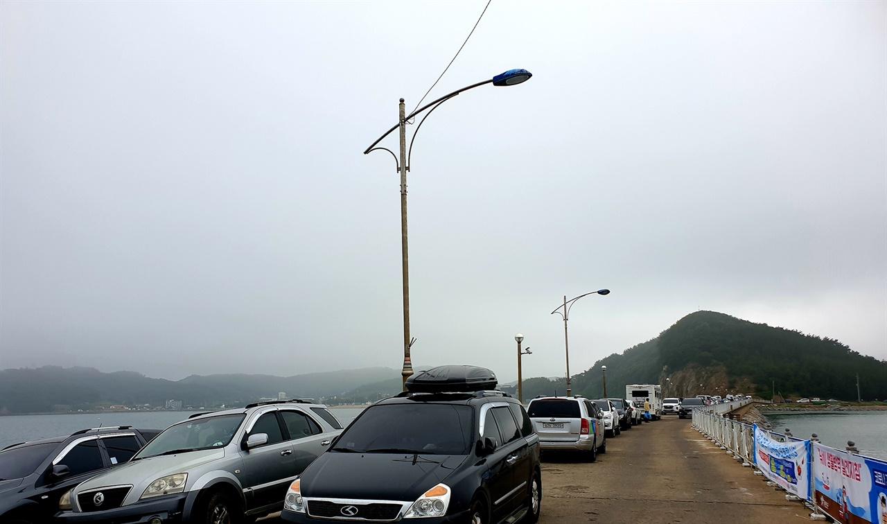 지난달 28일 주말을 맞아 안면읍 방포항 방파제에 관광객들의 차량이 가득 들어찼다.
