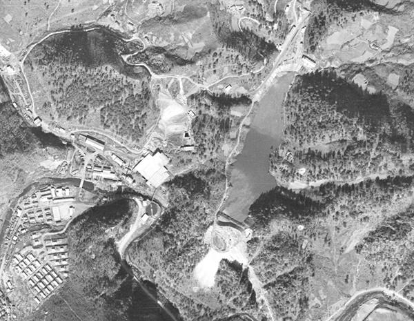 1971년 11월의 연화광산과 대현리 광미적치장. 광미가 매립되면서 한티 골짜기는 저수지처럼 변했다.