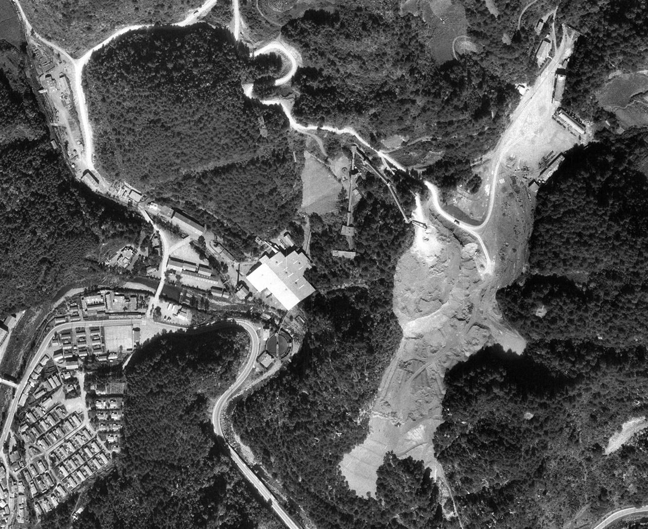 휴광 5년 전인 1988년 10월의 연화광산과 대현리 광미적치장. 광미가 가득 차면서 'V'자 모양이던 계곡이 평평해졌다.