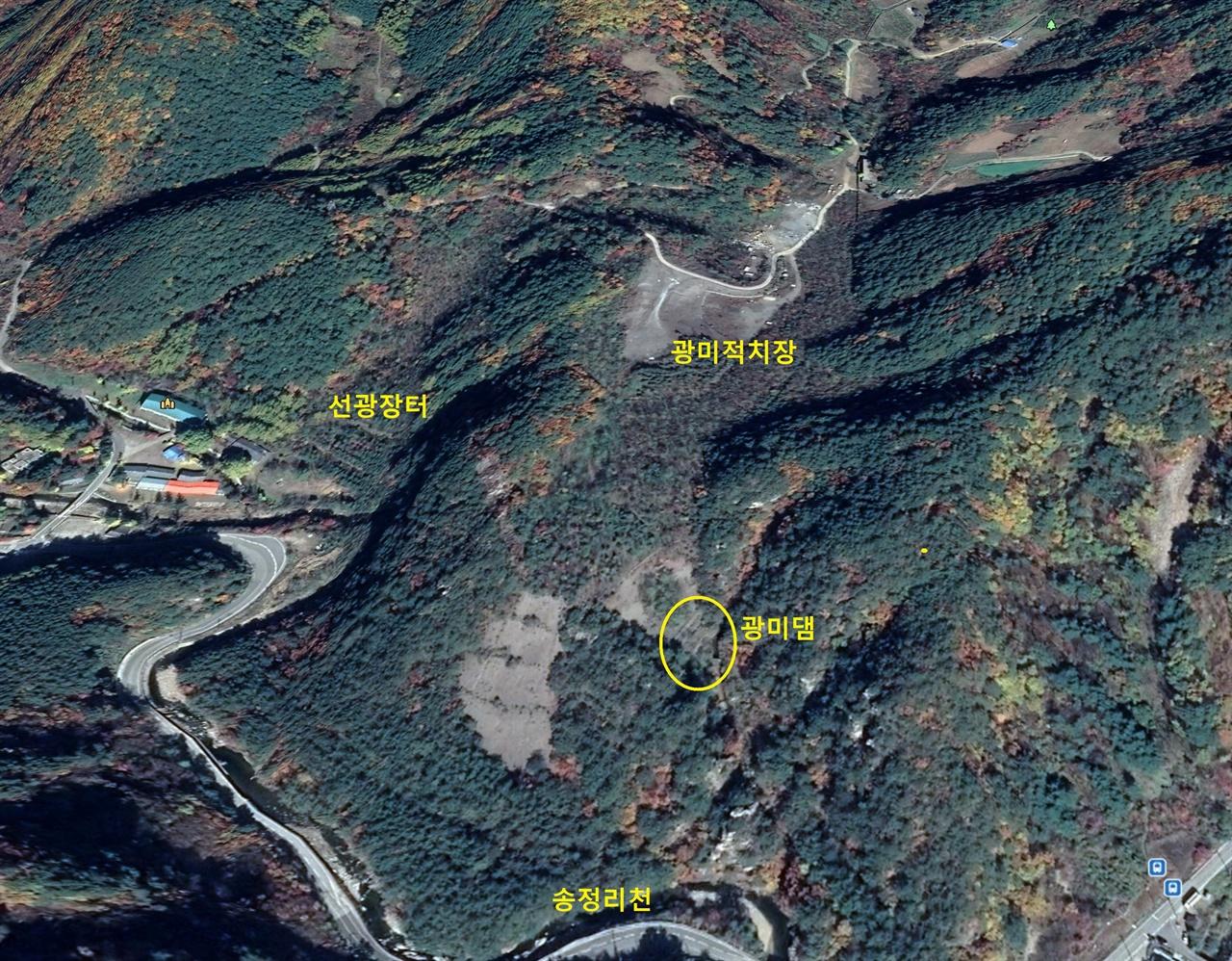 폐광 20년 후인 2018년 10월의 대현리 광미적치장. 광미댐 아래 배수관으로 침출수가 흘러나와 송정리천에 유입된다.