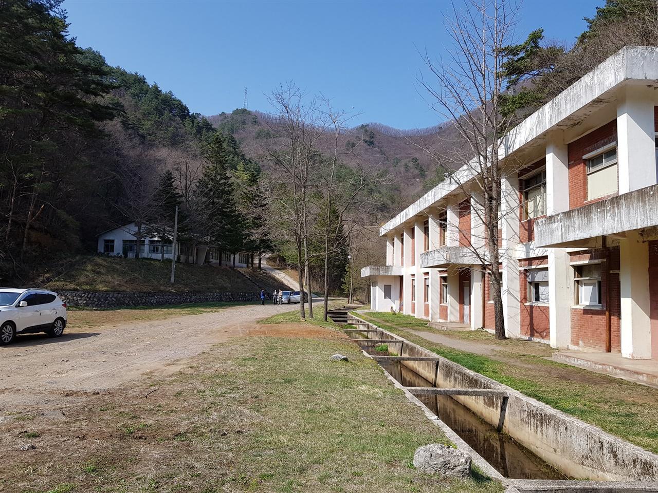 연화광산 대현리 광미적치장. 오른쪽에 우수배제시설과 압기실(공기를 압축해서 갱내로 보내는 시설)로 사용되던 건물이 보인다.