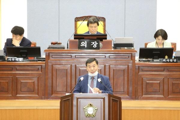 5월 17일 열린 울산 남구의회 제225회 임시회 제2차 본회의에서 민주당 소속 남구의장이 지켜보는 가운데 통ㅎ랍당 남구의원이 발언하고 있다