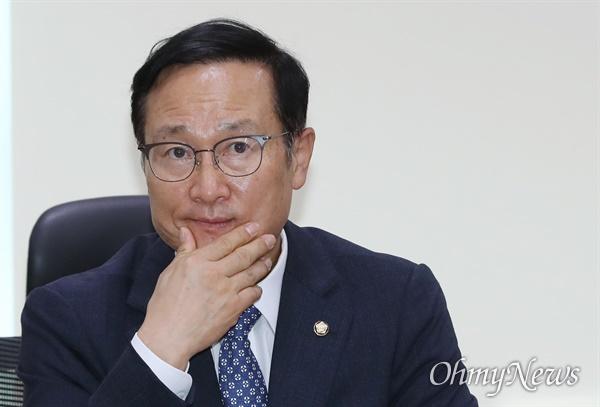 전대 불출마 선언한 홍영표 홍영표 더불어민주당 의원이 3일 오후 서울 여의도 국회 의원회관에서 기자간담회를 열고 전당대회 불출마 선언을 하고 있다.