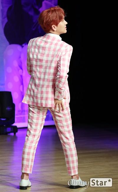 김수찬, 엉덩이가 들썩 '미스터 트롯' 출신의 김수찬 가수가 3일 오후 서울 강남구의 한 공연장에서 열린 첫 미니앨범 <수찬노래방> 컴백 쇼케이스에서 포토타임을 갖고 있다. '엉덩이'는 작곡가 방시혁이 쓴 2003년 바나나걸 프로젝트의 데뷔 곡인 '엉덩이'를 리메이크한 곡으로 일렉트로닉 댄스 뮤직을 기반으로 한 사운드에 트로트를 가미한 작품이다.