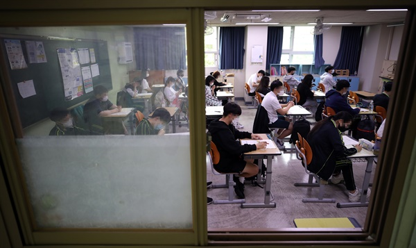 한국교육과정평가원이 주관하는 대학수학능력시험 모의평가가 시행된 18일 오전 서울 상암고등학교에서 학생들이 시험을 준비하고 있다.