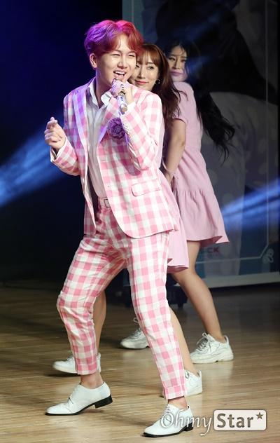김수찬, 근심을 덜어놓고 흔들어! '미스터 트롯' 출신의 김수찬 가수가 3일 오후 서울 강남구의 한 공연장에서 열린 첫 미니앨범 <수찬노래방> 컴백 쇼케이스에서 신곡 '엉덩이(HIP)'를 선보이고 있다.  '엉덩이'는 작곡가 방시혁이 쓴 2003년 바나나걸 프로젝트의 데뷔 곡인 '엉덩이'를 리메이크한 곡으로 일렉트로닉 댄스 뮤직을 기반으로 한 사운드에 트로트를 가미한 작품이다.