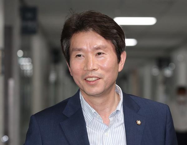 통일부 장관에 내정된 더불어민주당 이인영 의원이 3일 오후 서울 여의도 국회의원회관 의원실로 들어서며 취재진의 질문을 받고 있다.