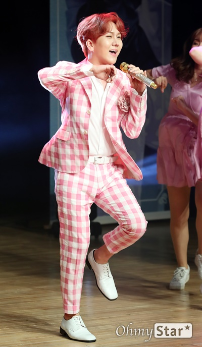김수찬, 희망 주는 프린수찬 '미스터 트롯' 출신의 김수찬 가수가 3일 오후 서울 강남구의 한 공연장에서 열린 첫 미니앨범 <수찬노래방> 컴백 쇼케이스에서 신곡 '엉덩이(HIP)'를 선보이고 있다.  '엉덩이'는 작곡가 방시혁이 쓴 2003년 바나나걸 프로젝트의 데뷔 곡인 '엉덩이'를 리메이크한 곡으로 일렉트로닉 댄스 뮤직을 기반으로 한 사운드에 트로트를 가미한 작품이다.