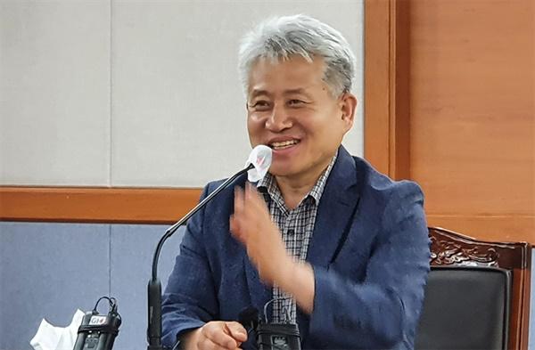 통합당 계 의원들의 야간 기습 회의로 후반기 의장에 선출된 강릉시의회 강희문 의원(3선)이 기자회견장에서 '날치기 선출'에 대한 입장을 밝히고 있다.