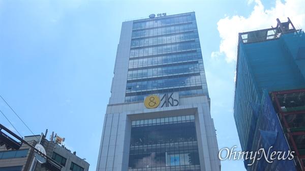 홍대입구역 4번 출구 앞에 자리한 애경그룹 본사 모습