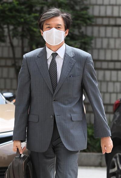 가족 비리와 감찰 무마 의혹 사건 등으로 기소된 조국 전 법무부 장관이 3일 오후 서초구 서울중앙지법에서 열린 속행공판에 출석하기 위해 법정으로 향하고 있다