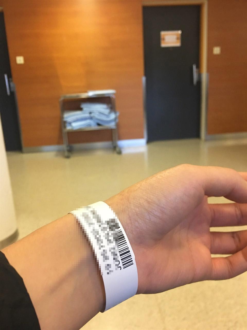 혹시 내 이름이 누락된 건 아닐까?  팔을 다쳐서 응급실에 갔을 때 찍은 사진. 내 이름을 언제 부를지 몰라 하염없이 기다려야 했다.