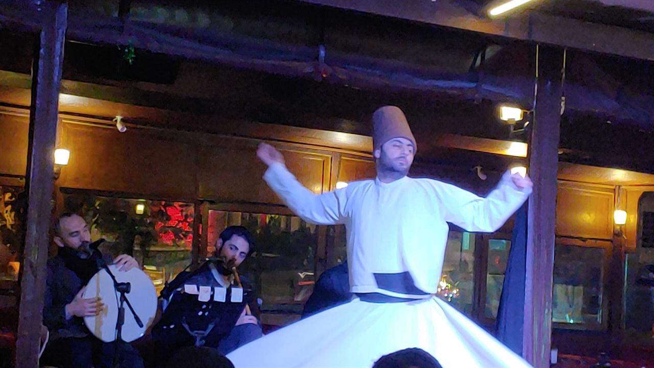 블루모스크 근처 식당에서 드레비시 세마춤을 추는 세마젠.