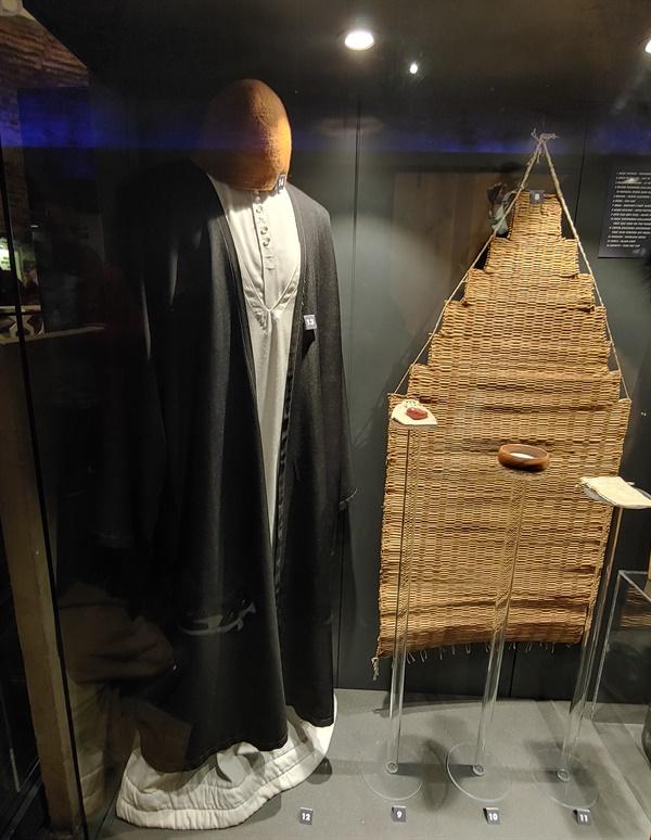 세마젠은 흰색 긴치마 위에 '에고(ego)의 죽음'을 뜻하는 흰색 저고리를 입는다. 무덤을 상징하는 검은 망토. 원통형 모자는 묘비를 상징한다.