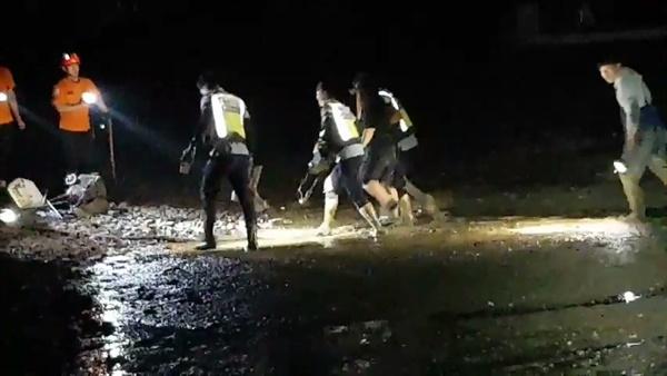 야간 해루질하다 갯벌에 빠진 20대 김00씨를 구조해 육상으로 이동 중인 해양경찰.