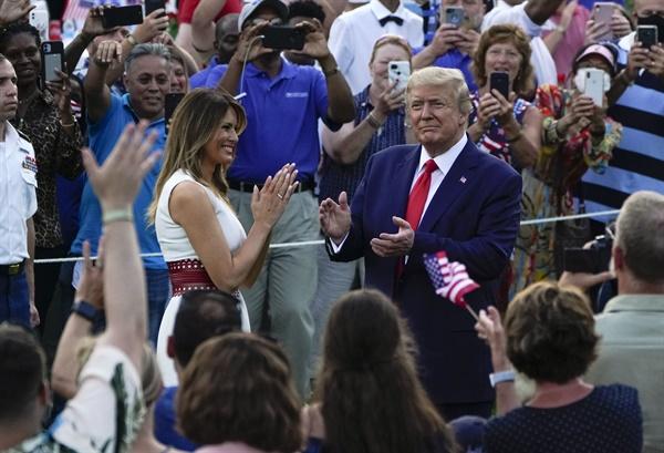 도널드 트럼프 대통령과 멜라니아 여사가 4일(미국 현지시각) 워싱턴D.C.에서 열린 미국 독립기념일 기념행사를 주최하고 있는 모습.
